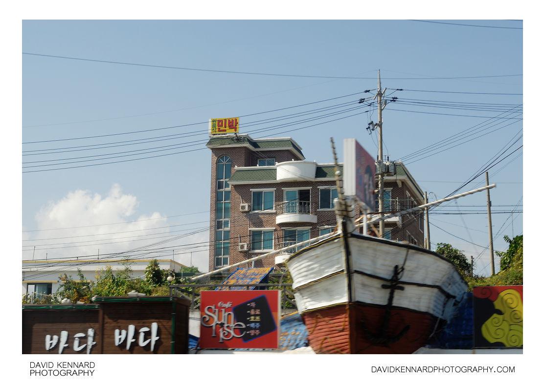 Cafe Sunrise and Hometown Lodgings, Sokcho