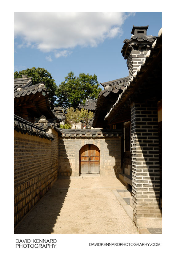 Passageway and door, Nakseonjae complex