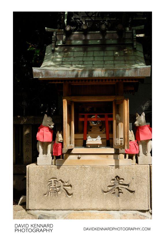 Small shrine and Kitsune at Namba Yasaka Jinja