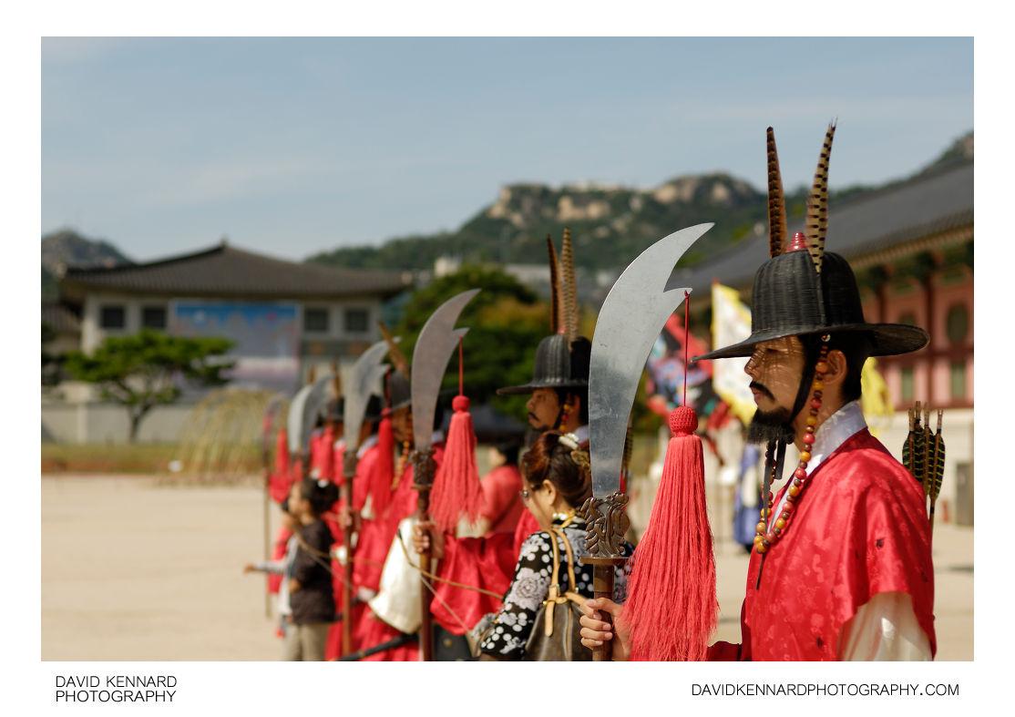 Guards and tourists outside Gyeongbokgung