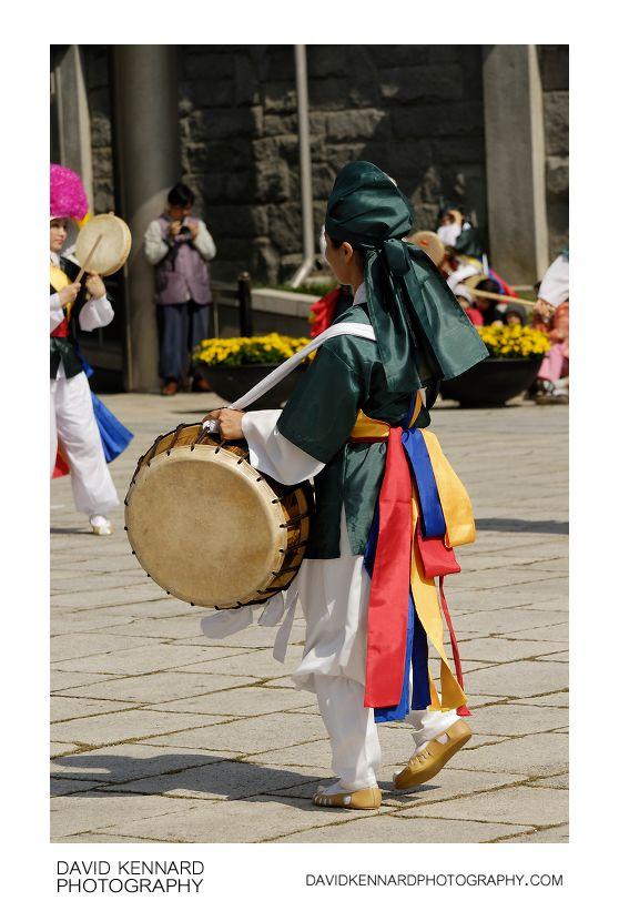 Pungmul-buk drummer