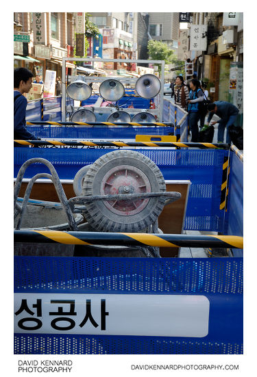 Construction barriers on Insadong-gil