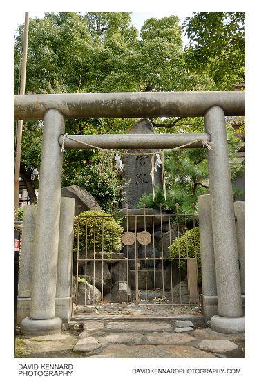 Namba Yasaka Jinja - Miyashi rock and torii gate