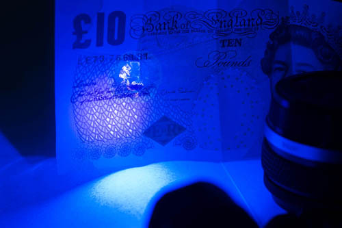 Photo of a British £10 note showing the UV security feature lit by the Ultrafire G60 3w UV torch